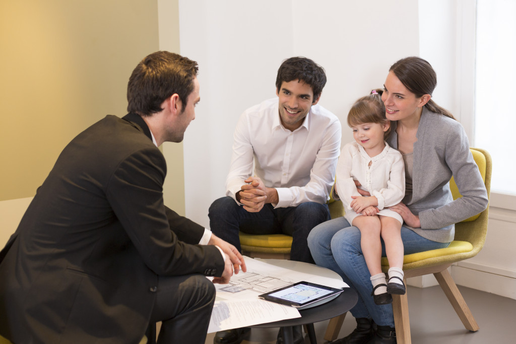family talking to agent